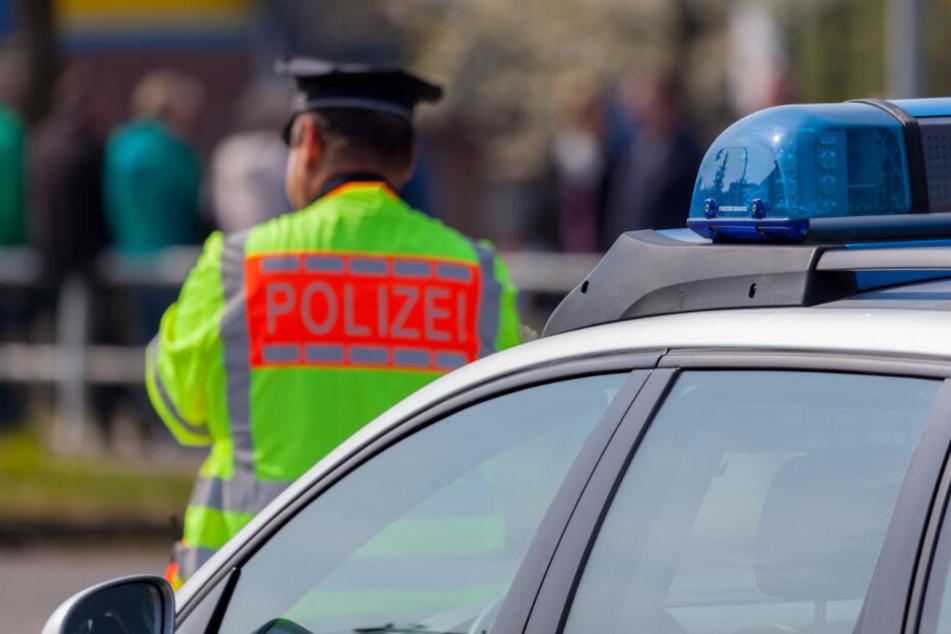Die alarmierte Polizei öffnete den Kühllaster und rettete elf Flüchtlinge. (Symbolbild)