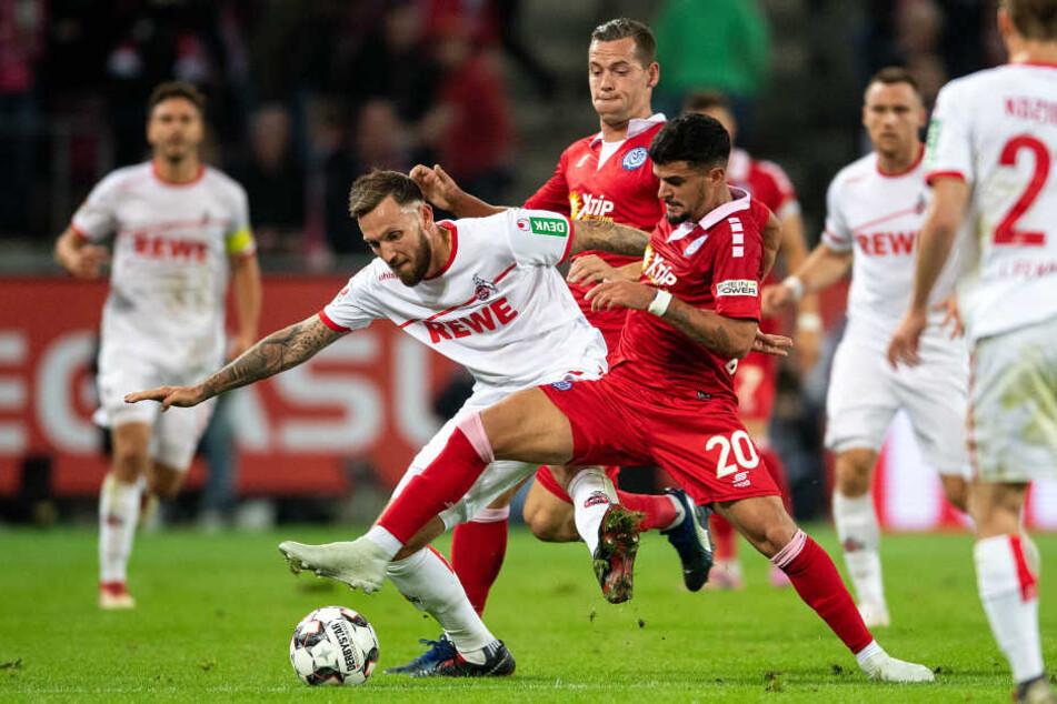 Marco Höger im Zweikampf mit dem Duisburger Torschützen Pauly Oliveira.