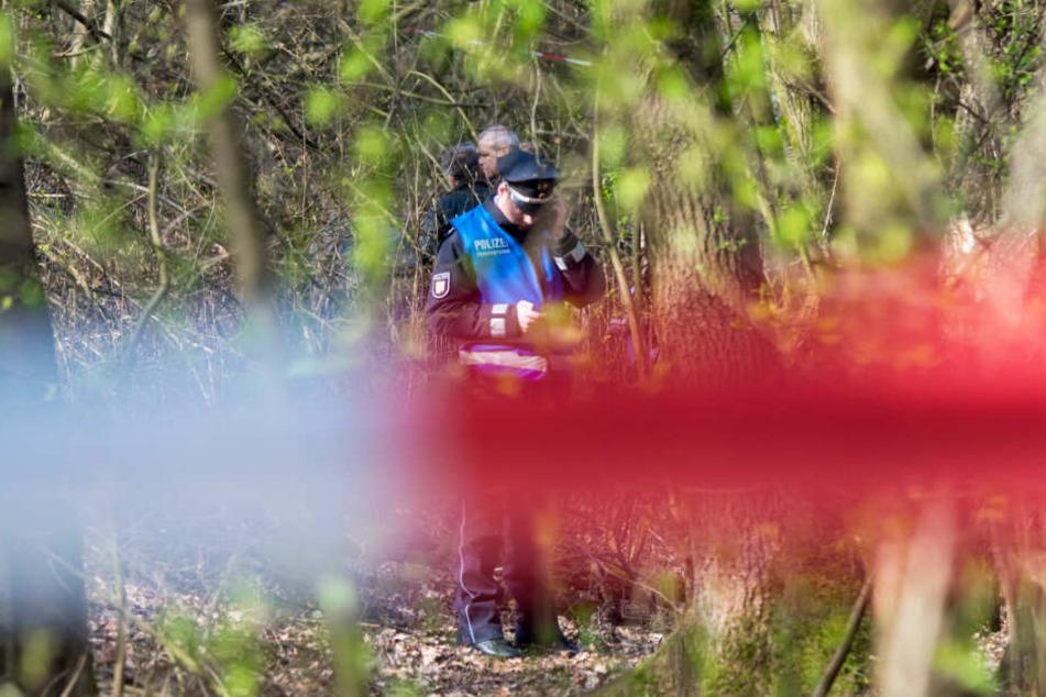 Die Polizei hat das Waldstück in Glinde abgesperrt und sichert Spuren am Fundort der Leiche.