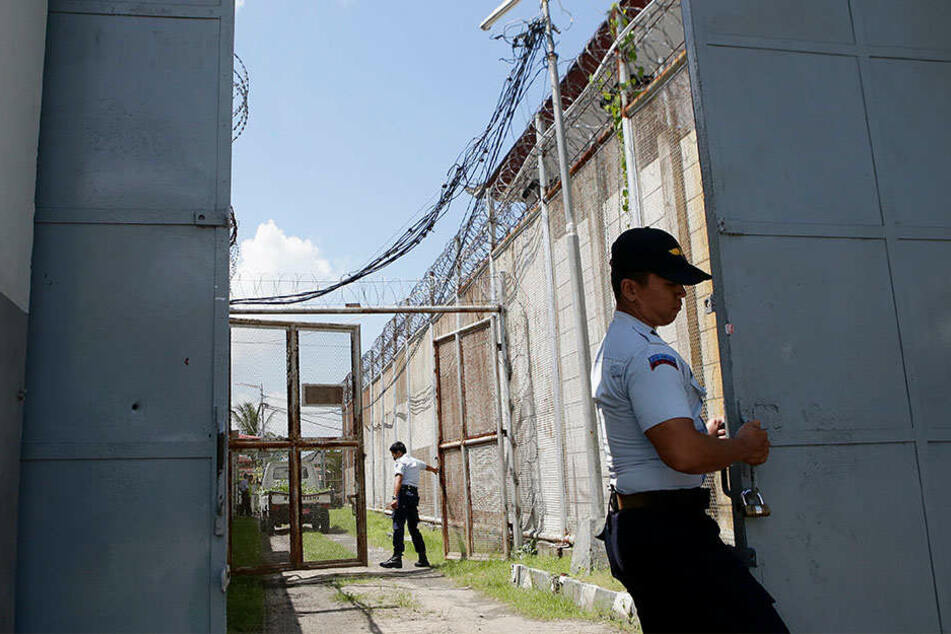 Ein Wärter schließt das Tor zum Kerobokan Gefängnis auf Bali.