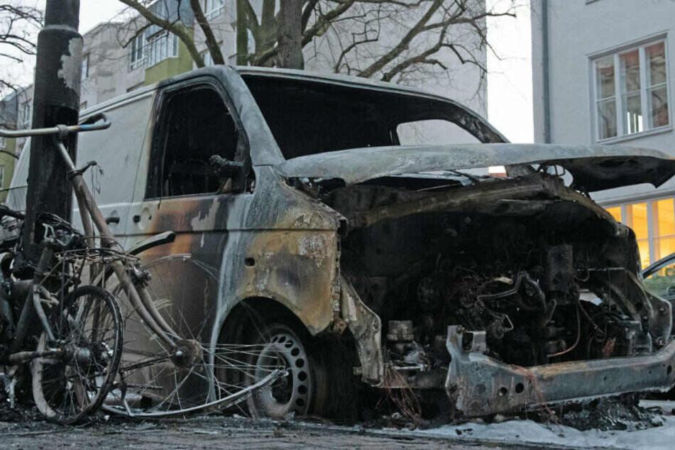 Ein ausgebrannter Transporter, der für den Online-Händler Amazon im Einsatz war, steht an der Sarrazinstraße.