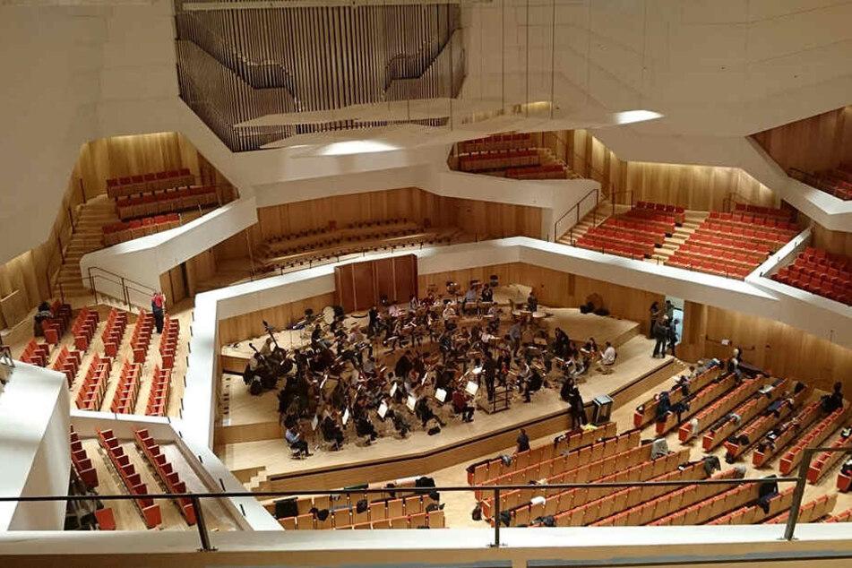 So sieht er aus, der so gut wie fertige neue Konzertsaal im Kulturpalast. Das Orchester der Dresdner Philharmonie während der ersten Probe am vergangenen Montag.