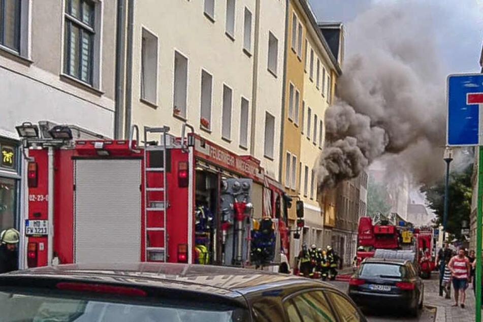Eine dichte Rauchwolke stieg aus der ersten Etage des Mehrfamilienhauses in die Luft.