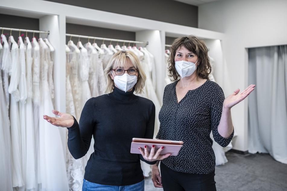 Keine Hochzeiten, keine Hochzeitskleider: Für Anja Jungen (48, l.) und Jacqueline Exel (47) ist die Lage katastrophal.