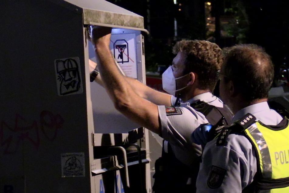 Polizisten kontrollierten den Altkleidercontainer und sicherten Spuren.
