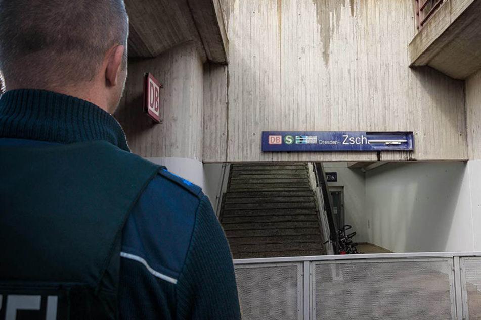 Zeugen gesucht! Angreifer stoßen Mann auf die Bahngleise