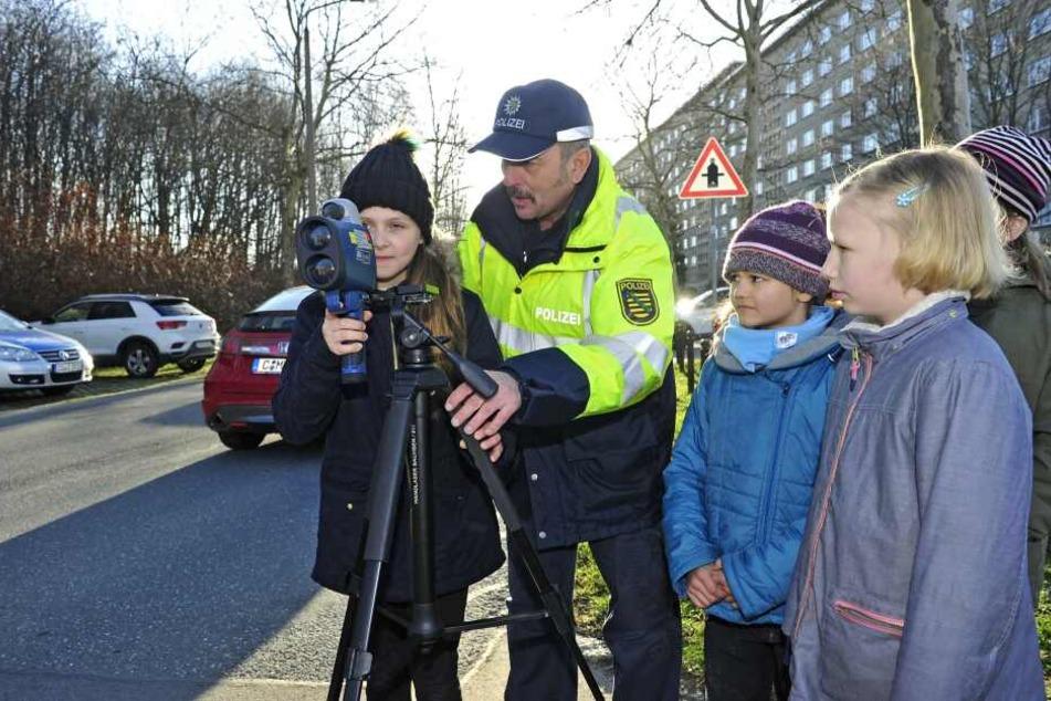"""Kinder aktiv bei """"Blitz für Kids"""" - hier bei einer Messung mit Polizeiobermeister Dieter Rhein (58)."""