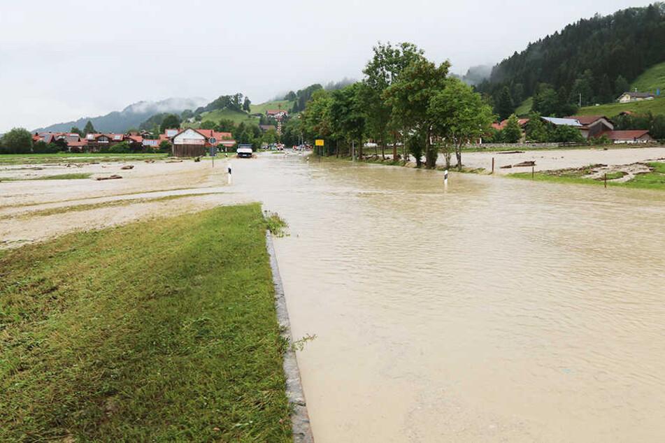 Im Ortsteil Kranzegg sind ganze Straßenzüge überflutet.