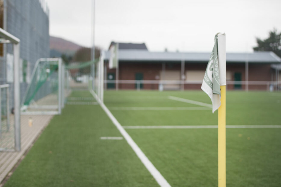 Kreisliga-Kicker und Fans prügeln auf Schiedsrichter ein