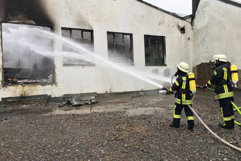 Durch massiven Einsatz von Löschwasser konnte die Ausbreitung auf das Objekt aber verhindert werden.
