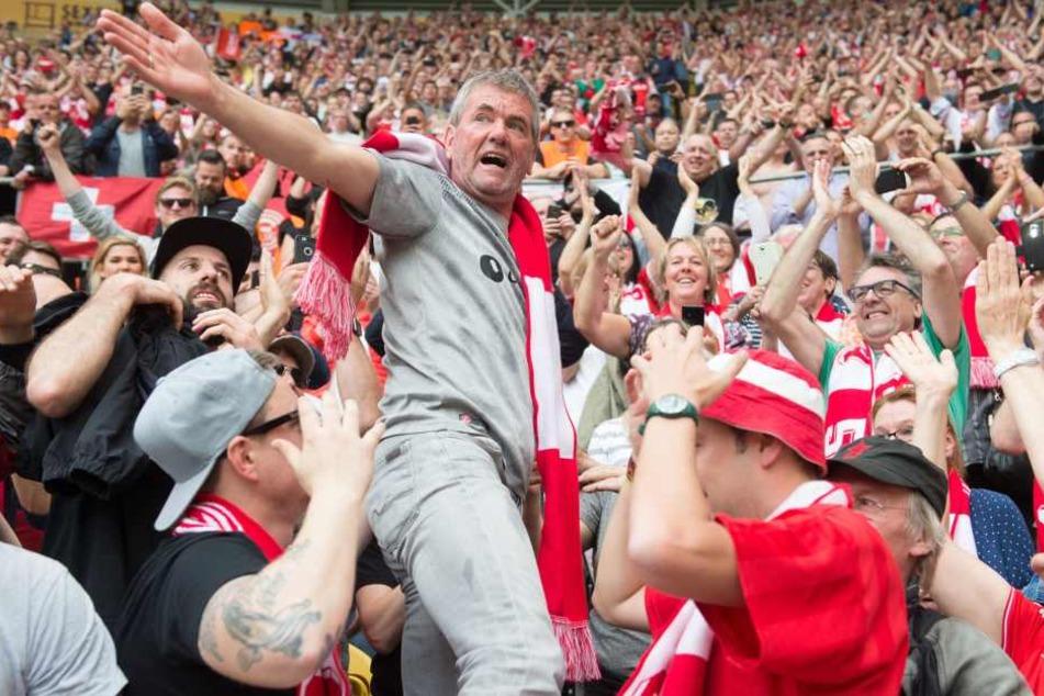 Sechster Aufstieg: Friedhelm Funkel feiert am 28. April mit Fans den Bundesliga-Aufstieg von Fortuna Düsseldorf nach einem 2:1-Sieg in Dresden.