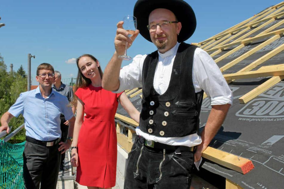 Zimmermannsmeister René Donath (43), Sozialbürgermeisterin Kristin Kaufmann (42, Linke) und WiD-Chef Steffen Jäckel (49) feierten Richtfest in Leuben.