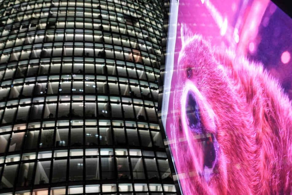 Das Konterfei eines pinkfarbenen Bären erleuchtet den Potsdamer Platz.