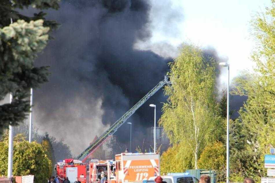 Auf einem Schrottplatz in Leipzig-Mölkau war es am Sonntag zu einem Großbrand gekommen.