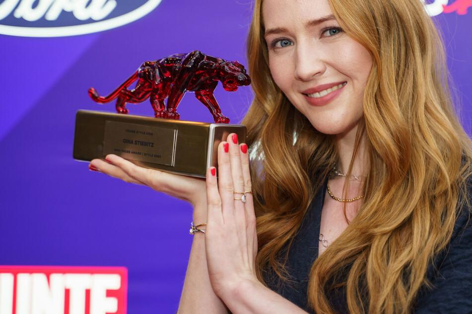"""""""Dark""""-Star Gina Stiebitz mit """"Bunte New Faces Award Style""""-Preis geehrt"""