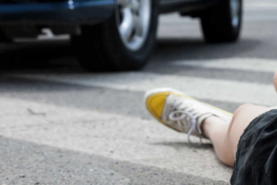Als der 77-Jähriger das Mädchen mit dem Auto erfasste, blieb er mit einem Rad auf ihm stehen. (Symbolbild)
