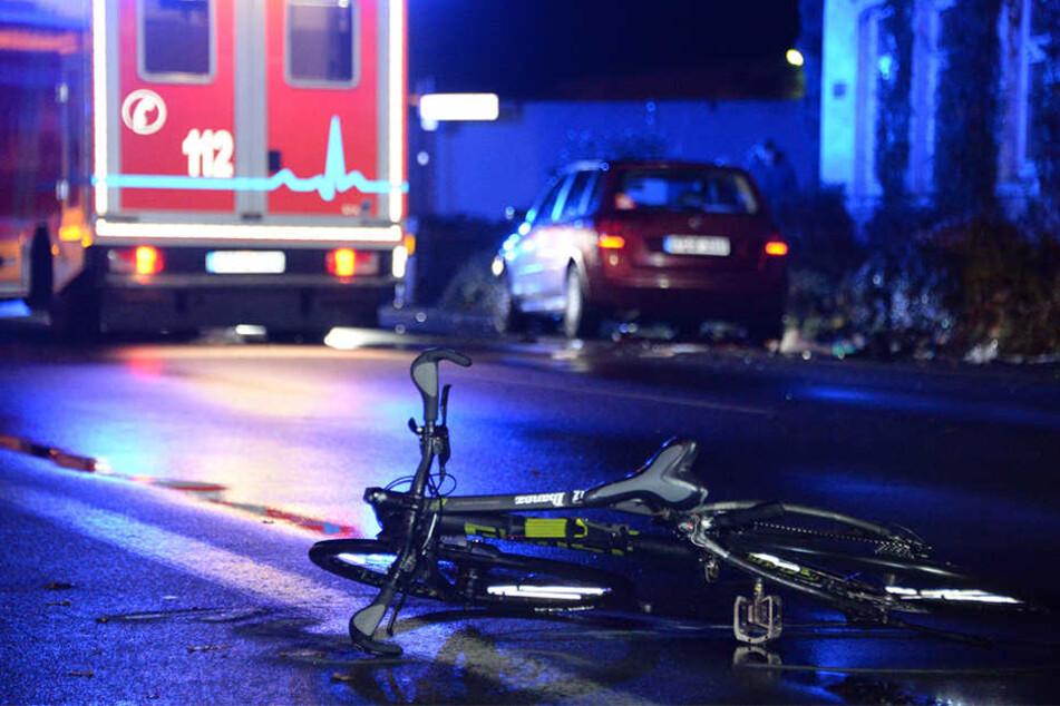 Der Radfahrer wurde von zwei Autos erfasst.