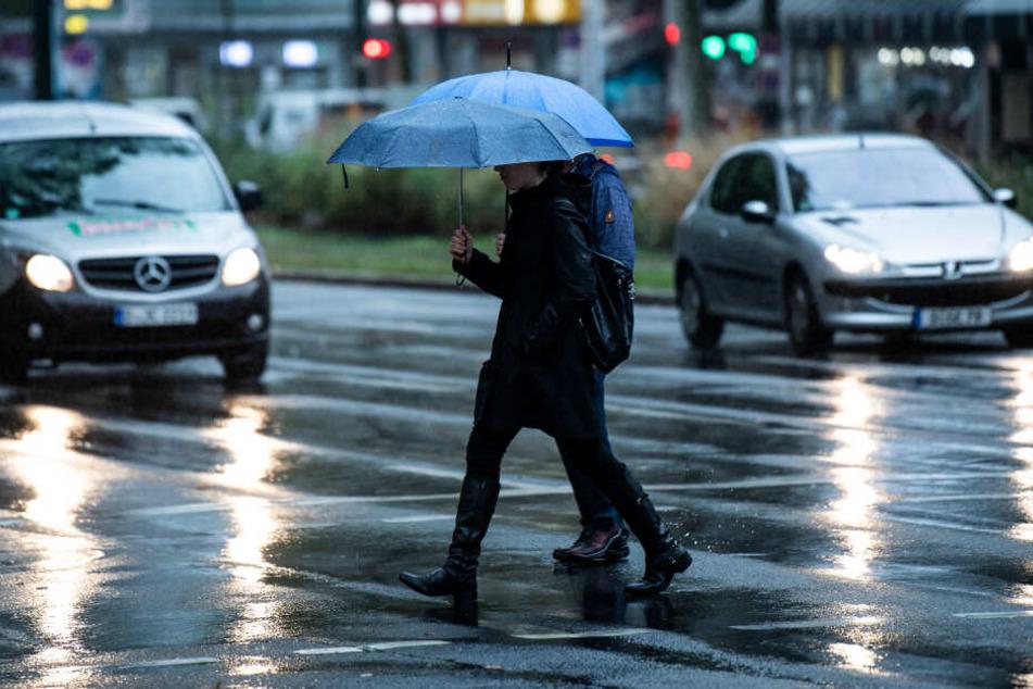 Regenwetter angekündigt: Am Wochenende sollte man in NRW einen Regenschirm dabei haben.