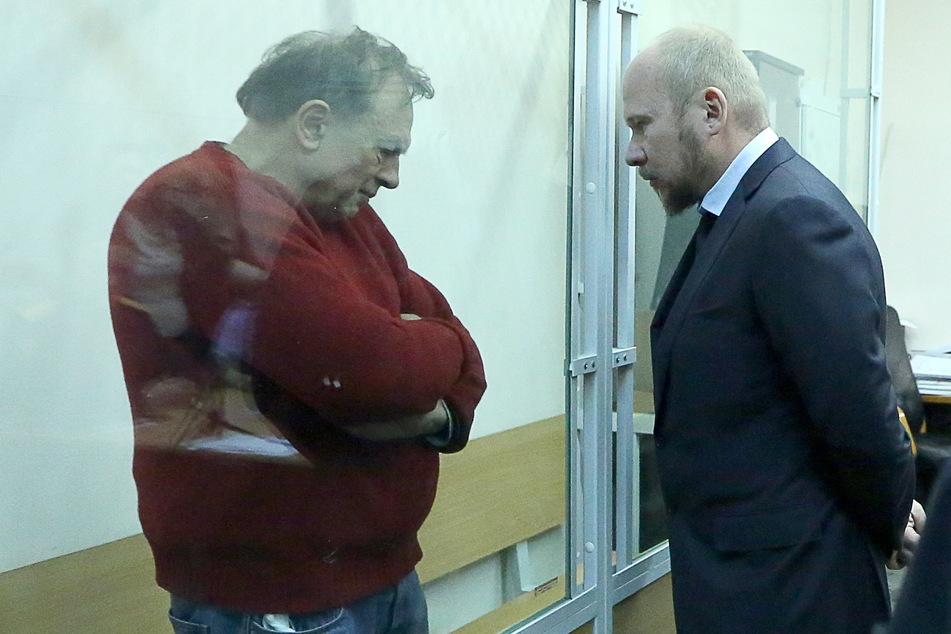 Der angeklagte Geschichtsprofessor Oleg Sokolow (63, l.) unterhält sich bei einer Gerichtsverhandlung mit seinem Rechtsanwalt Alexander Pochuyev.