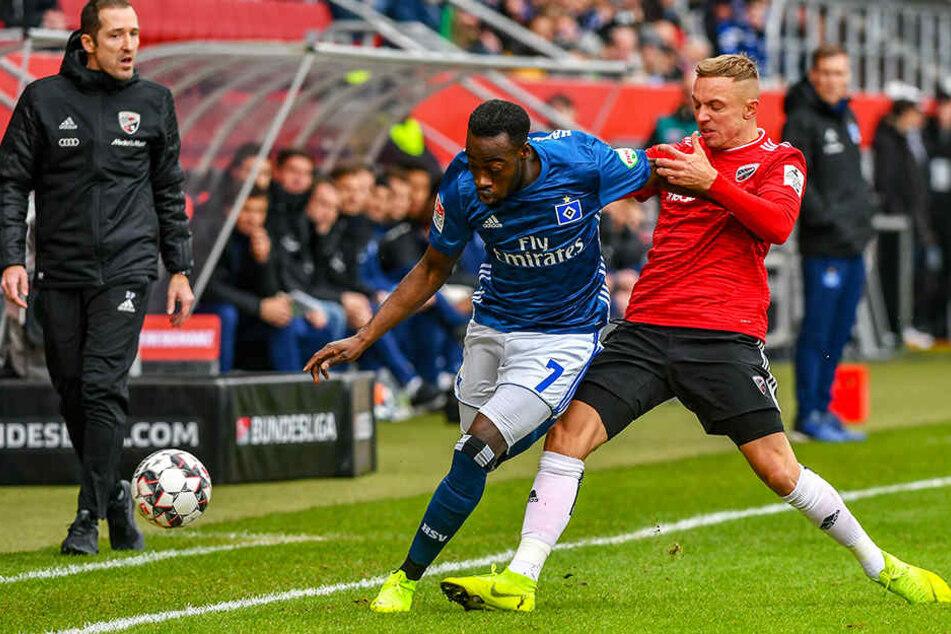 HSV-Rechtsaußen Khaled Narey (l.) tankt sich gegen Ingolstadts Zehner Sonny KIttel durch.