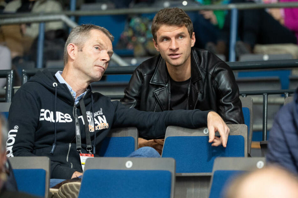 Götz Brinkmann (l), Heimtrainer der Reiterin Lisa Müller, spricht vor einem Turnier mit ihrem Ehemann, dem Fußballer Thomas Müller.