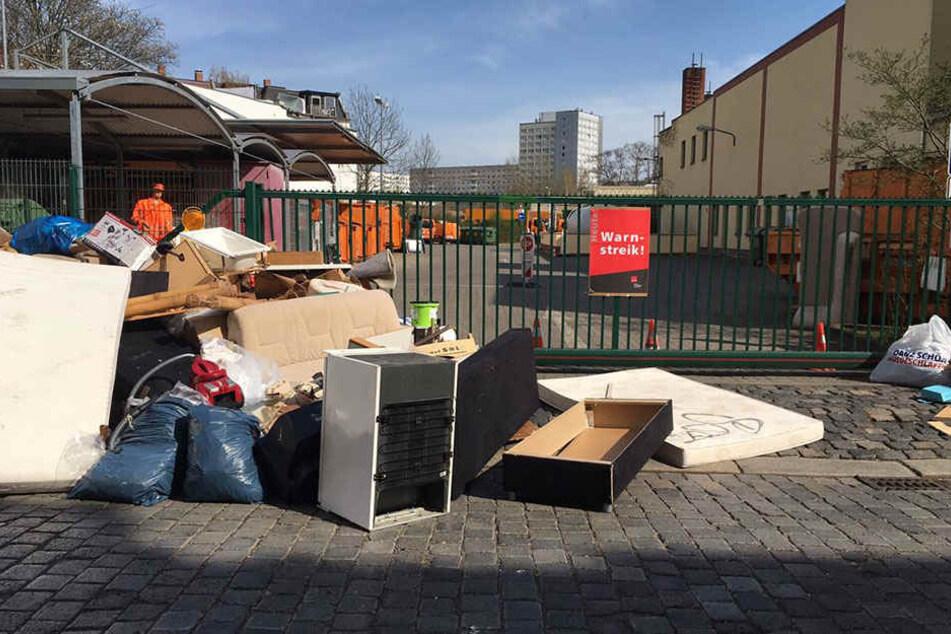 Vor den Toren des Wertstoffhofs in der Körnerstraße türmt sich der Müll.