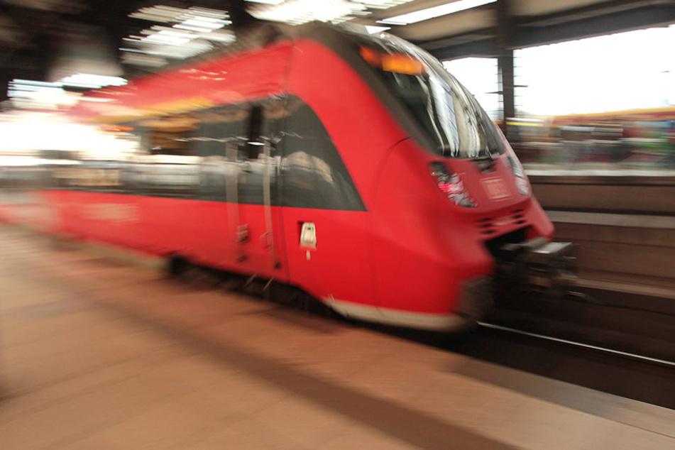 Ein 27-Jähriger wurde von einer Regionalbahn (Symbolbild) überrollt und wie durch ein Wunder dabei nicht verletzt.