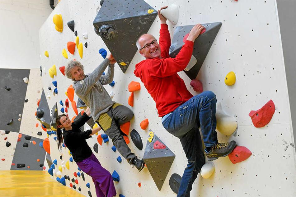 Haben das Boulder-Konzept zusammen erarbeitet: Trainerin Juliane Scharnweber (36), Stadtrat Torsten Schulze (49, Grüne) und Klettertherapeut Frank Schumann (54).