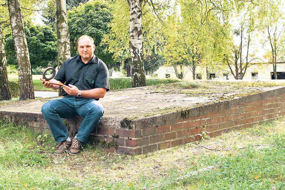 Militärhistoriker Danilo Baumgarten (36) mit einem alten Panzerrohrteil am verwaisten Sockel in Löbau.