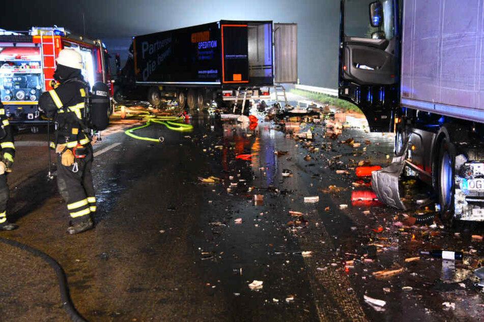 Einer der Lkw hatte Gefahrgut geladen: 2000 Liter Epoxidharz liefen aus und versickerten im Erdreich.