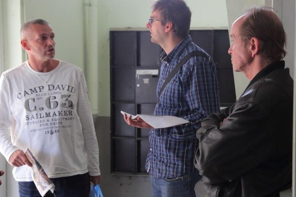 TAG24-Reporter Hermann Tydecks (34, Mitte) im Gespräch mit einigen der letzten verbleibenden Mietern.