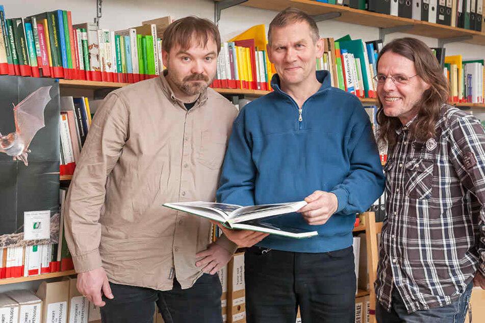 René Sievert (44, v.l.), Wolfgang Kulick (58) und Andreas Woiton (54) setzen sich in Leipzig und Umgebung für den Fledermausschutz ein.