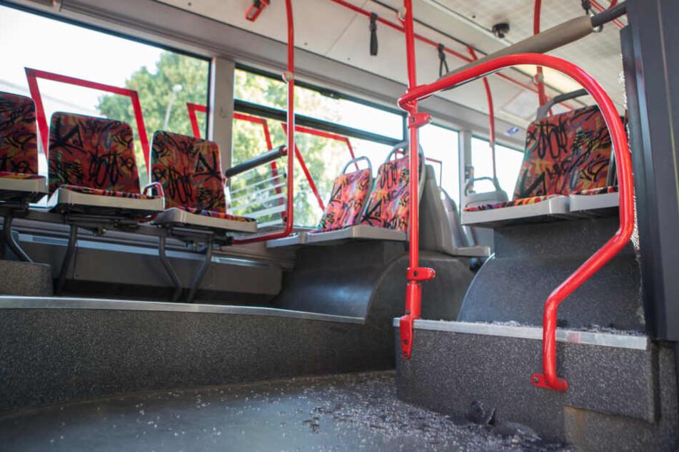 Ein Glasscheibe war zerborsten und schleuderte Glassplitter durch den Linienbus.