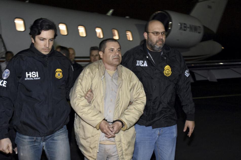 """Drogenboss Joaquin """"El Chapo"""" Guzman wird aus einem Flugzeug heraus geführt."""