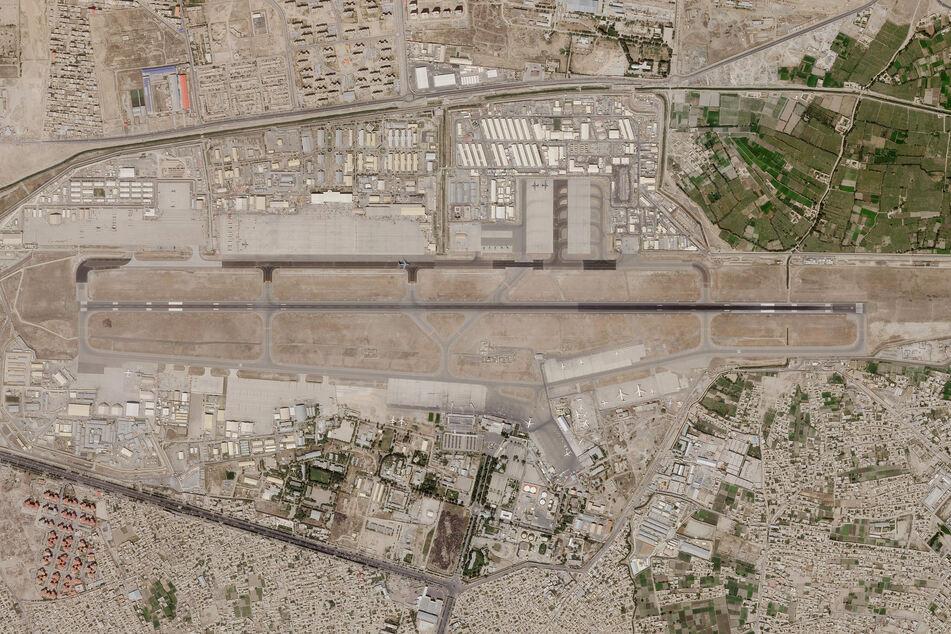 Ein Satellitenbild von Planet Labs Inc. zeigt den Flughafen von Kabul. In der afghanischen Hauptstadt Kabul hat es einem Medienbericht zufolge einen Raketenangriff gegeben.