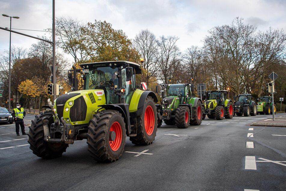 Traktoren fahren durch die Innenstadt. (Symbolbild)