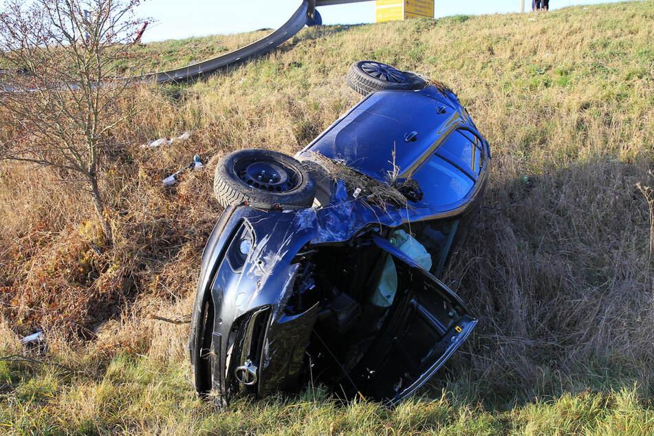 Schwerer Unfall: Opel kracht durch Leitplanke und stürzt Böschung herunter