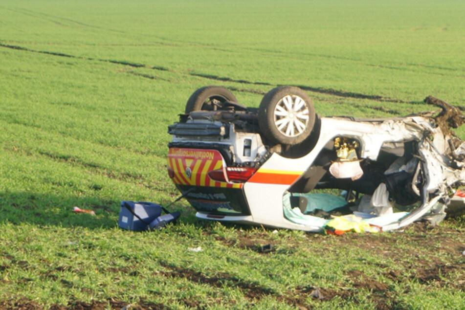 Notfallfahrzeug kracht in Gegenverkehr: Autos landen im Graben, mehrere Schwerverletzte