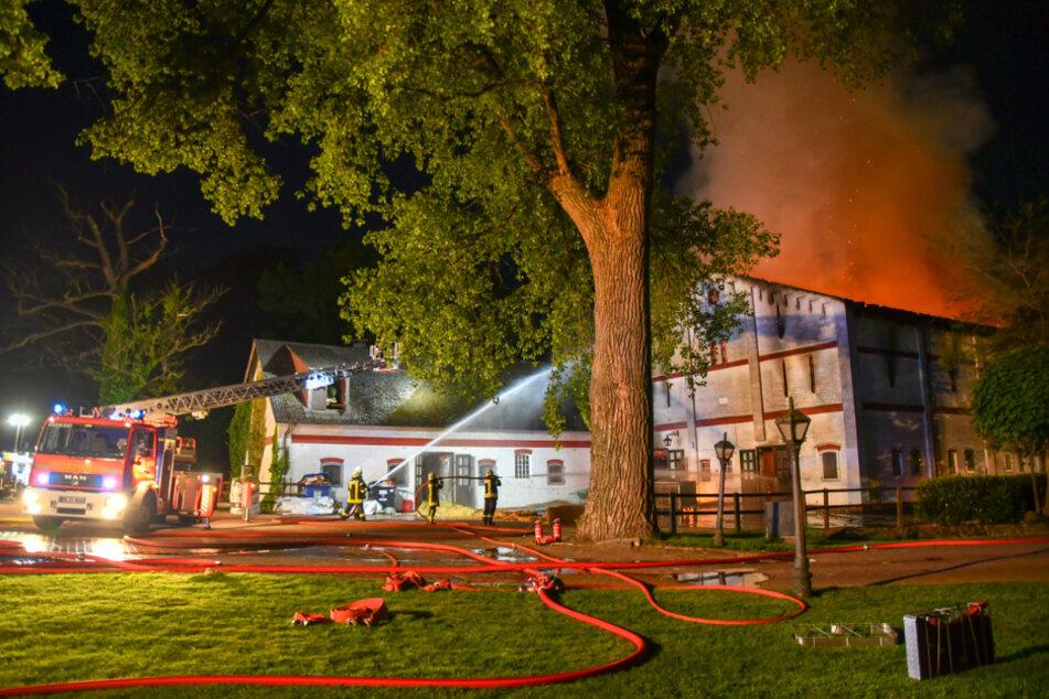 Die Feuerwehr kämpft gegen den Brand auf dem Grönwohldhof.