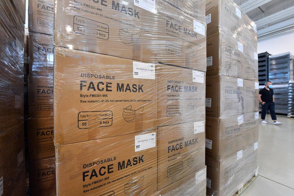 Verpackte Schutzausrüstung ist in einem Pandemielager in einer Lagerhalle des Deutschen Roten Kreuz (DRK) gestapelt.