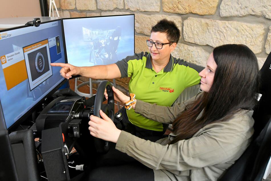 Am Fahrsimulator übt Jennifer Smit. Ihre Fahrlehrerin gibt ihr Tipps.