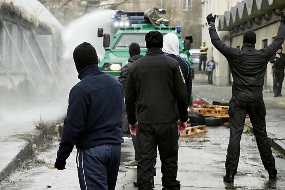 """Steine auf die """"Bullen"""". Mit Holzklötzern bewerfen Beamte im Randalierer-Modus die anrückende Bereitschaftspolizei. Die antwortet mit Wasserwerfer und Räumpanzer."""