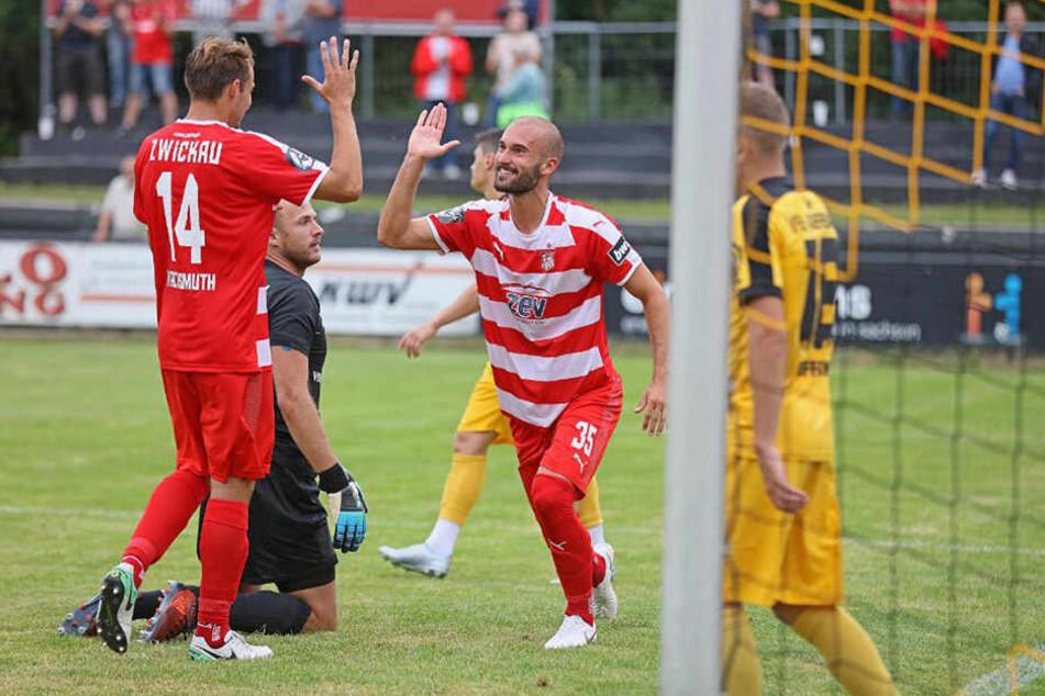 Nico Antonitsch (r.) bejubelt mit Toni Wachmuth seinen Treffer zum 2:0 gegen den VfB Auerbach.