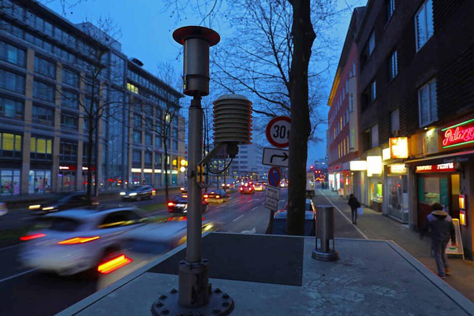 Der Clevische Ring in Köln ist von Schadstoffen aus Autoabgasen belastet.