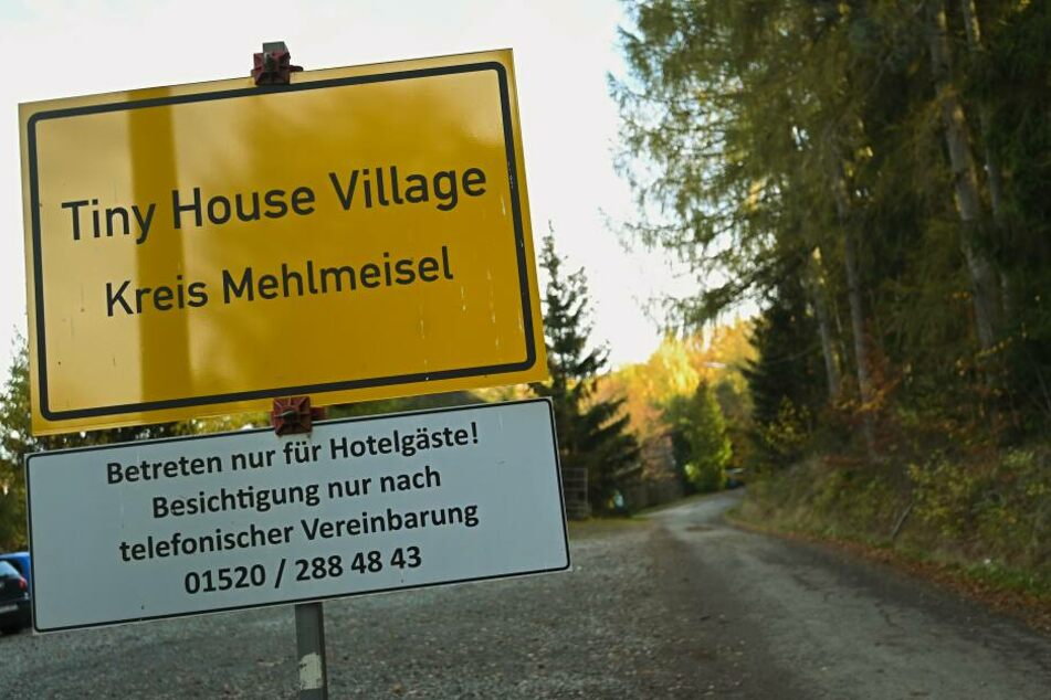 """Das """"Ortsschild"""" des Tiny House Village ist an der Einfahrt zum Village zu sehen."""