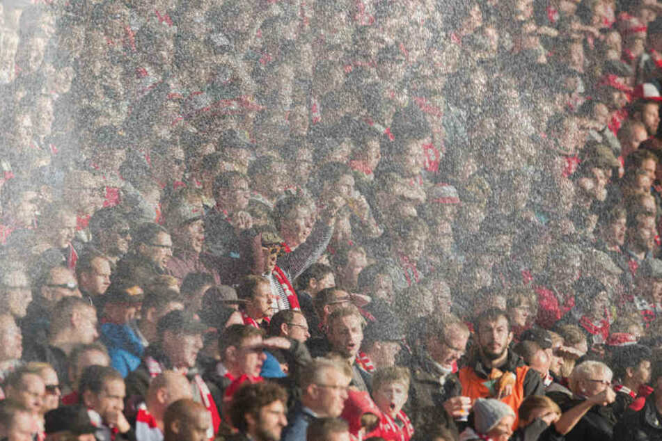 Sprühnebel gegen den Hitzekollaps: Fans dürfen sich freuen. (Bildmontage)