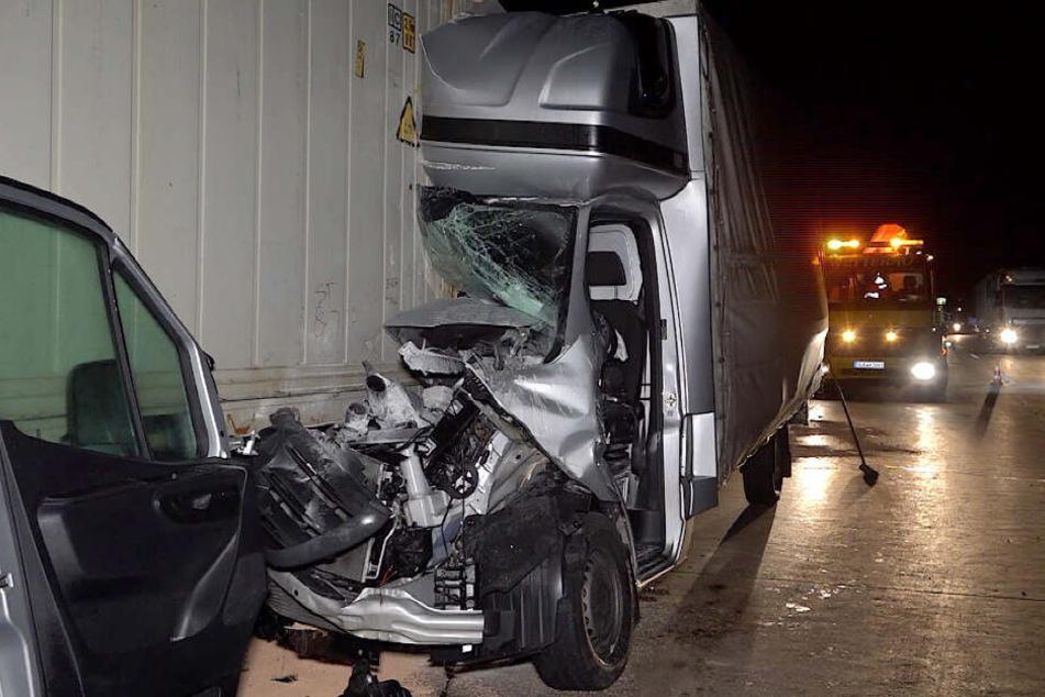 Bei einem schweren Unfall auf der A14 ist in der Nacht zu Dienstag eine Frau schwer verletzt worden.