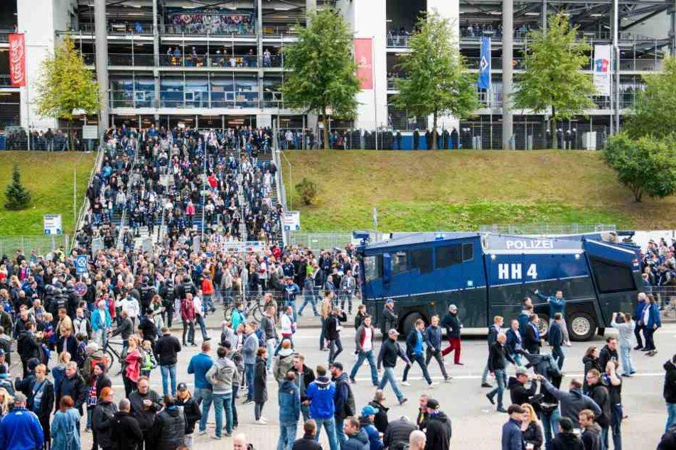 HSV-Fans verlassen das Volksparkstadion in Hamburg. (Archivbild)