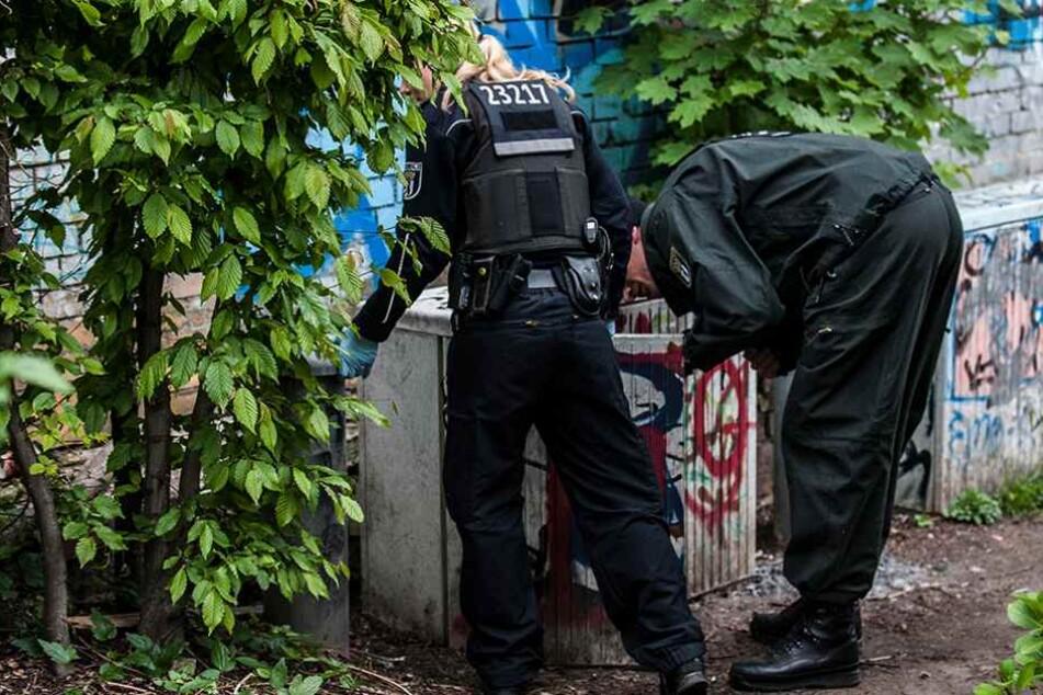 Polizisten suchen im Görlitzer Park in Berlin nach versteckten Drogen (Archivbild).