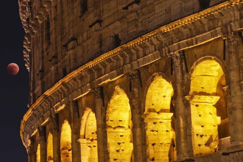 Sommernachtstraum in Rom: Das Kolosseum und der Mond strahlen um die Wette.